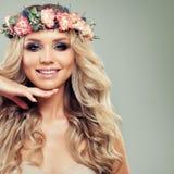 красивейшая женщина стороны Усмехаясь женщина с цветками лета Стоковые Фото