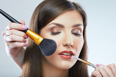 красивейшая женщина стороны Make up применяясь с щеткой Стоковое фото RF