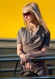 Красивейшая женщина стоя на магазине Стоковое Изображение