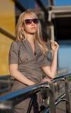 Красивейшая женщина стоя на магазине Стоковое Фото