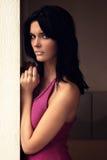 Красивейшая женщина стоя против стены Стоковое Изображение