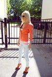 Красивейшая женщина стоя outdoors Стоковое Фото