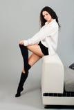 красивейшая женщина студии софы Стоковые Изображения RF