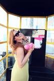 Красивейшая женщина ся и вызывая   стоковое изображение