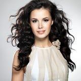 Красивейшая женщина с длинними коричневыми волосами Стоковая Фотография RF