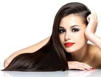 Красивейшая женщина с длинними коричневыми прямыми волосами Стоковые Изображения