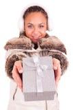 Красивейшая женщина с предпосылкой изолированной подарком стоковые фото
