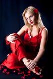 Красивейшая женщина с представлять роз бутона Стоковое Изображение