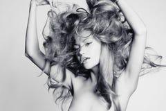 Красивейшая женщина с пышными волосами Стоковое Изображение RF