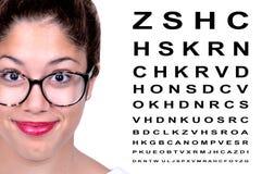 Красивейшая женщина с стеклами с диаграммой испытания глаза Стоковое Изображение