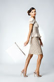 Красивейшая женщина с хозяйственной сумкой Стоковое Изображение