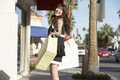 Красивейшая женщина с хозяйственными сумками Стоковые Изображения