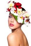 Красивейшая женщина с цветастыми цветками на головке стоковые изображения rf