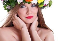 Красивейшая женщина с цветком в волосах стоковая фотография rf