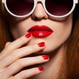 Красивейшая женщина с ярким составом и солнечными очками Стоковое Фото