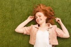 красивейшая женщина травы Стоковое Изображение