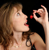 красивейшая женщина удерживания вишни Стоковое Изображение