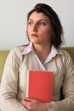 красивейшая женщина удерживания книги стоковая фотография