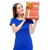 красивейшая женщина удерживания подарка коробки Стоковое Изображение