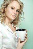 красивейшая женщина чая удерживания кофейной чашки Стоковые Фото