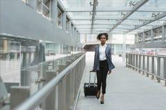 красивейшая женщина чемодана Стоковые Фото