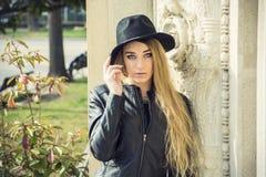 красивейшая женщина черной шляпы Стоковое Изображение RF