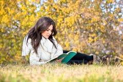 Красивейшая женщина читая книги Стоковая Фотография RF