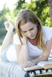 Красивейшее чтение женщины Стоковые Фото