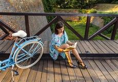 красивейшая женщина чтения книги Стоковое Изображение RF