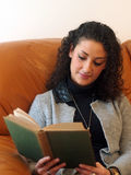 красивейшая женщина чтения книги Стоковое Фото
