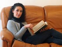 красивейшая женщина чтения книги Стоковые Фотографии RF