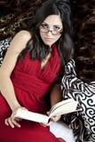 красивейшая женщина чтения Стоковые Фотографии RF