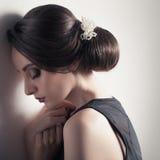 красивейшая женщина Coiffure моды праздничный с жемчугами Upsweep стоковое фото