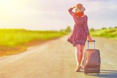 Красивейшая женщина hitchhiking стоковая фотография