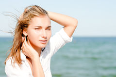 Красивейшая женщина outdoors голубым морем на день лета Стоковые Фото