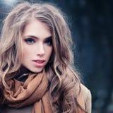 красивейшая женщина outdoors модель способа платья золотистая Стоковая Фотография RF