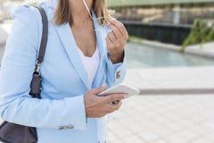 Красивейшая женщина outdoors на солнечный день Стоковое Изображение RF