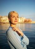 красивейшая женщина outdoors Стоковые Фото
