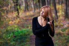 Красивейшая загадочная девушка в пуще осени Стоковая Фотография RF