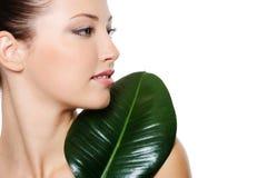 красивейшая зеленая женщина портрета листьев Стоковое Изображение RF