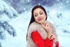 красивейшая зима девушки пущи Стоковое Фото