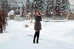 красивейшая зима девушки пущи Стоковые Изображения