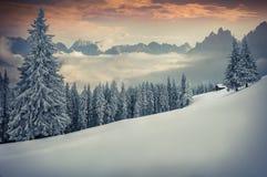 красивейшая зима захода солнца восхода солнца гор Стоковое Изображение