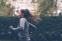красивейшая кавказская китайская женская женщина вулкана тропки хода бегунка смешанной гонки Стоковая Фотография