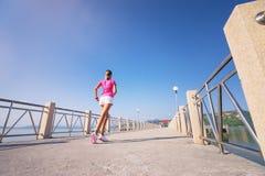 красивейшая кавказская китайская женская женщина вулкана тропки хода бегунка смешанной гонки Стоковые Фото