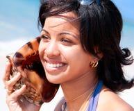 Красивейшая карибская женщина держа раковину раковины стоковое изображение rf