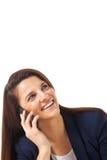 Закройте вверх молодой коммерсантки смотря вверх и разговаривая с smartphone Стоковые Изображения RF