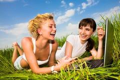 красивейшая компьтер-книжка outdoors 2 девушки компьютера Стоковые Изображения RF