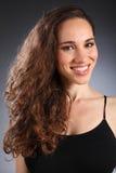 красивейшая коричневая женщина курчавых волос брюнет длинняя Стоковые Фотографии RF