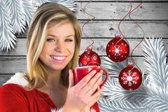 красивейшая кофейная чашка имея женщину Стоковая Фотография RF
